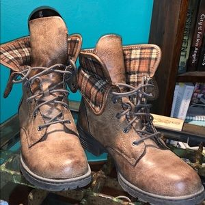 Only worn 3x!! Faux leather fashion combat boots